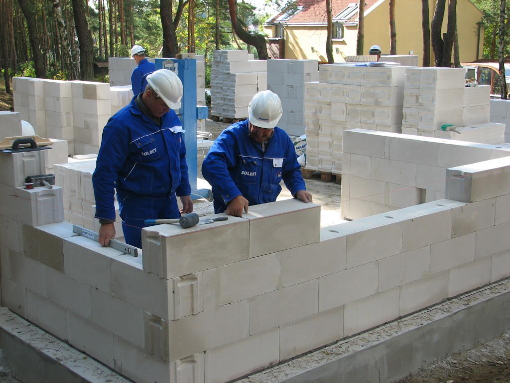 Ściany, które będą ocieplane najlepiej wykonać z bloczków o klasie gęstości 500 lub 600