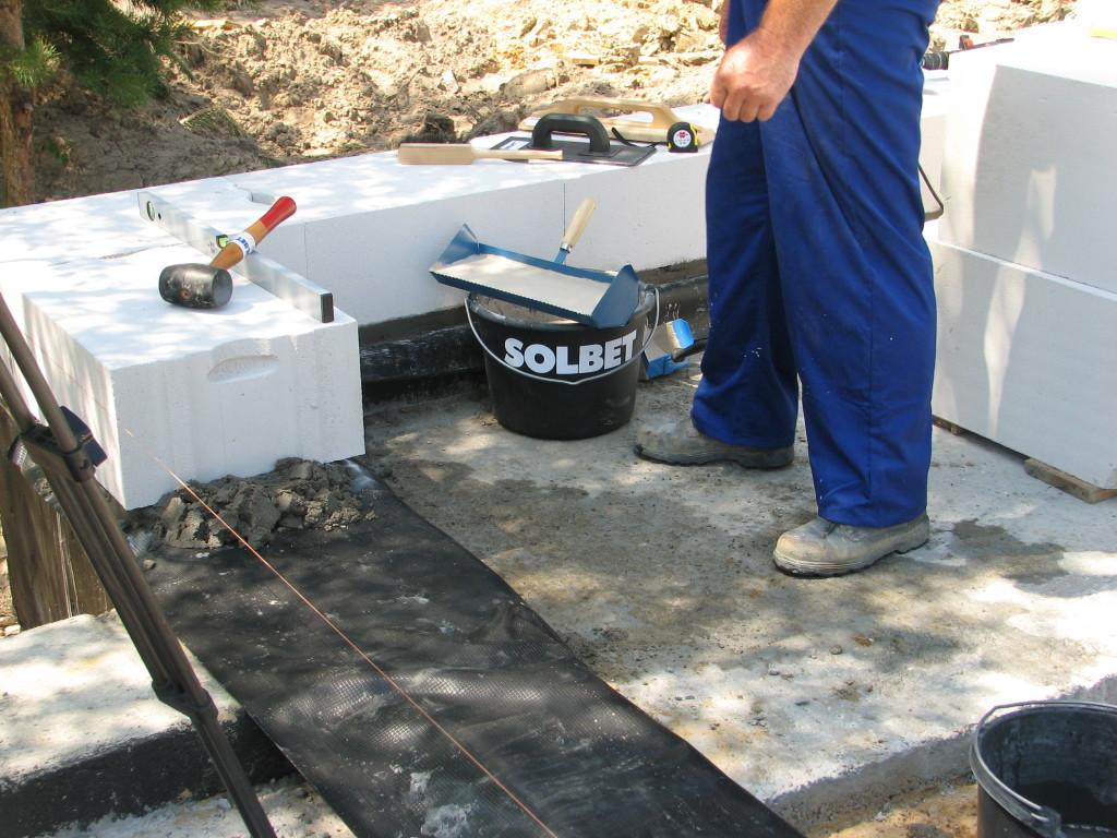Do murowania na cienkie spoiny niezbędne jest stosowanie podstawowych narzędzi