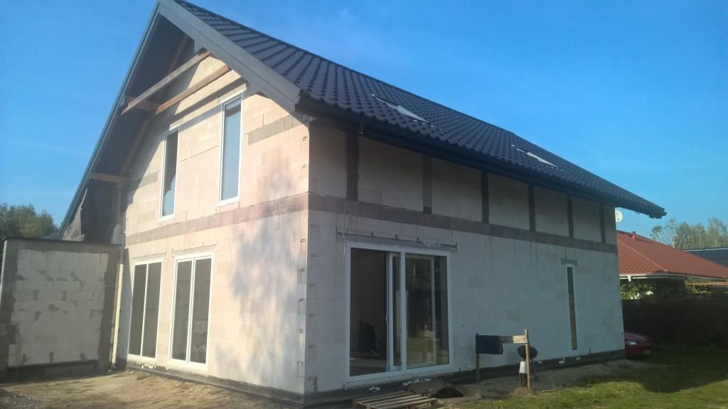 Tak wygląda praca inwestorów budujących samodzielnie budynek. W tej części tylko dach i montaż stolarki wykonali wykonawcy na zlecenie.