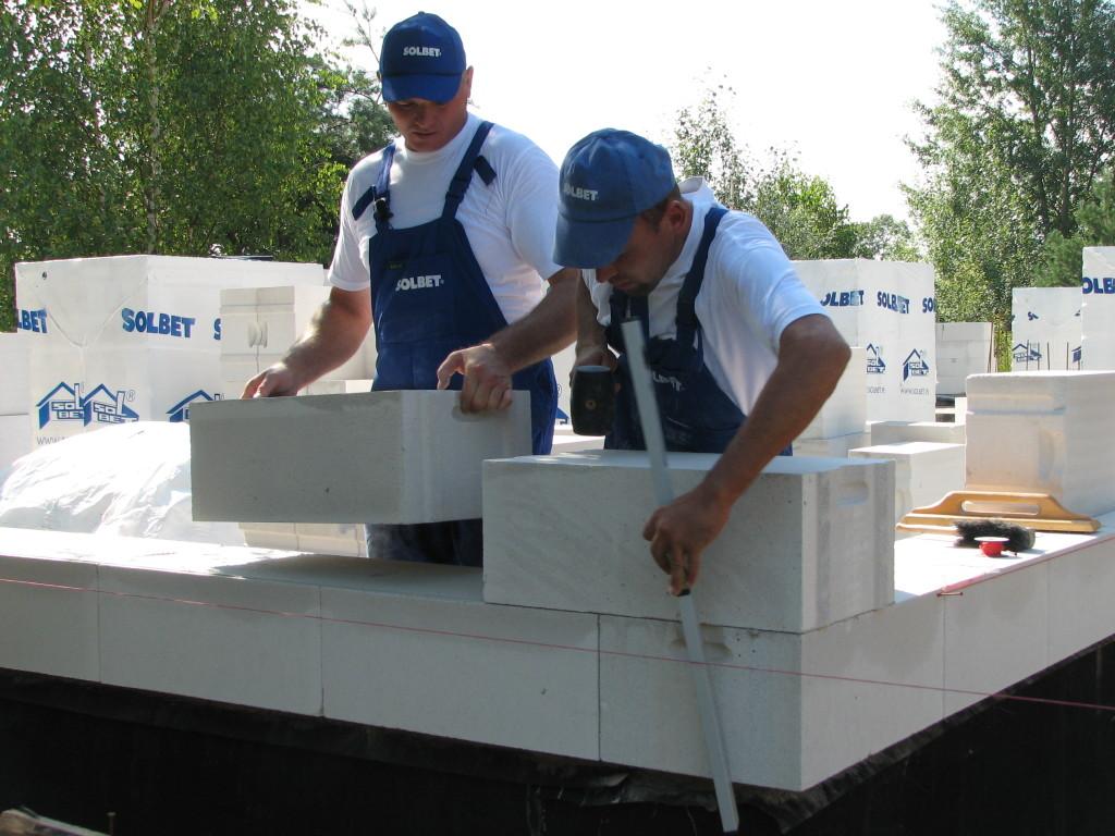 Uchwyty montażowe ułatwiają przenoszenie i murowanie bloczków